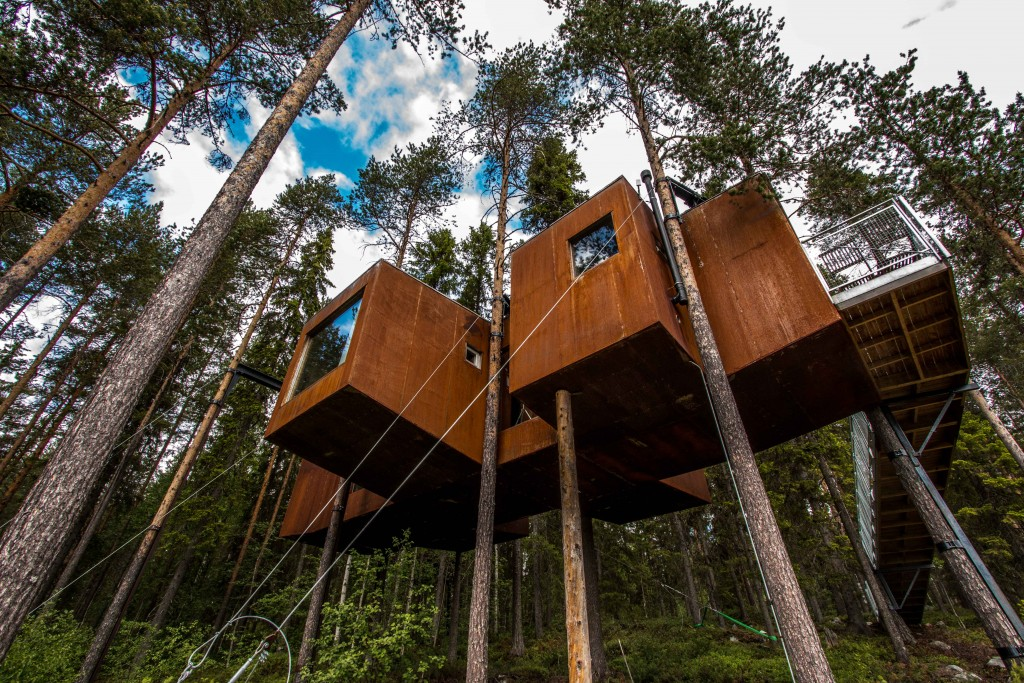 A 15-meter long ramp takes you up to the Dragonfly, where big panoramic windows give you a magnificent view of the valley. It is built out of wood, with an exterior made out of sheet metal that will eventually turn rust-brown and blend in even further with the pine-tree forest. The design and the spectacular interiors are the makings of Rintala Eggertsson Architects.